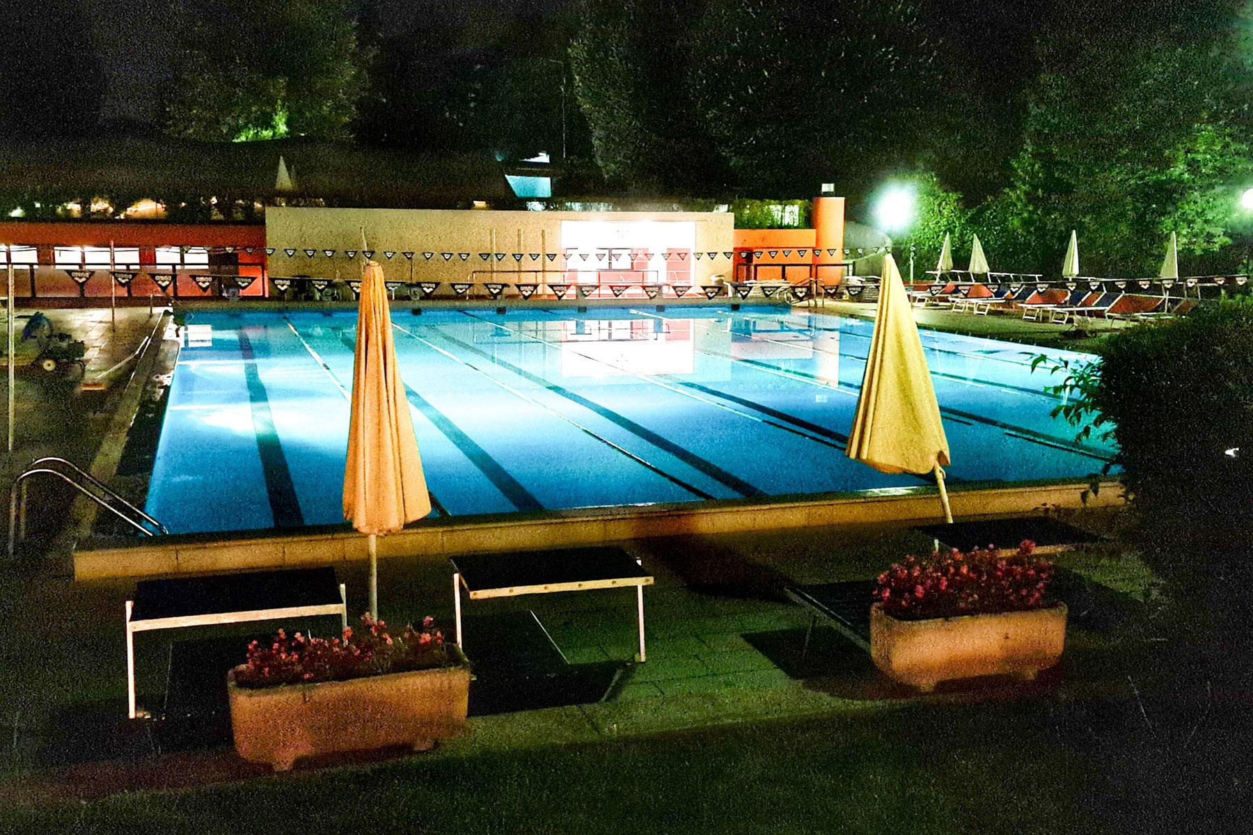 piscina-by-night