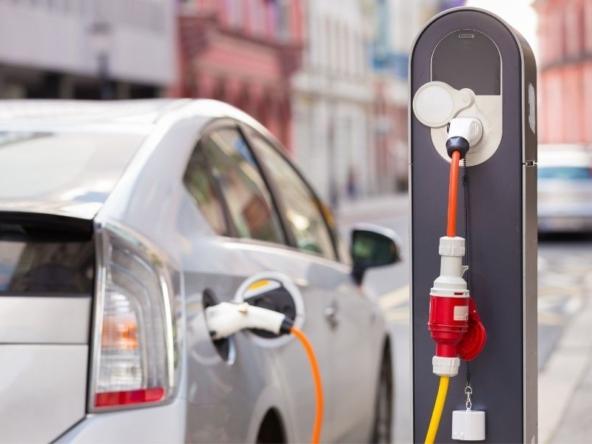 Auto elettrica in carica a Milano