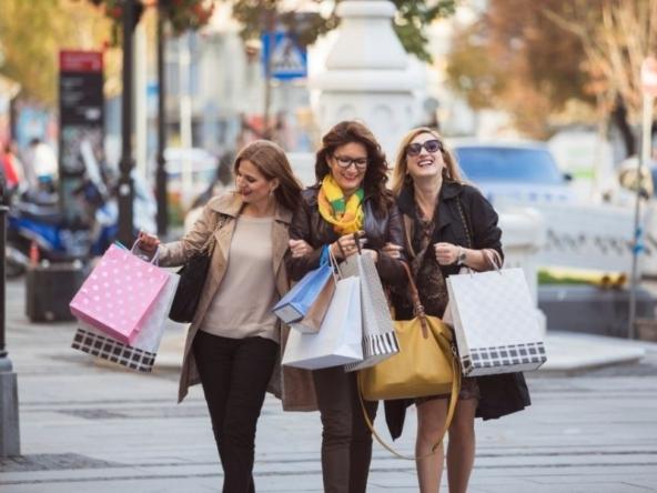 Ragazze che fanno shopping ad Affori